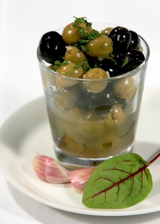 Yrtti-valkosipulimarinoituja oliiveja