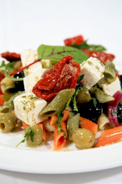 Välimerellistä feta-pastasalaattia