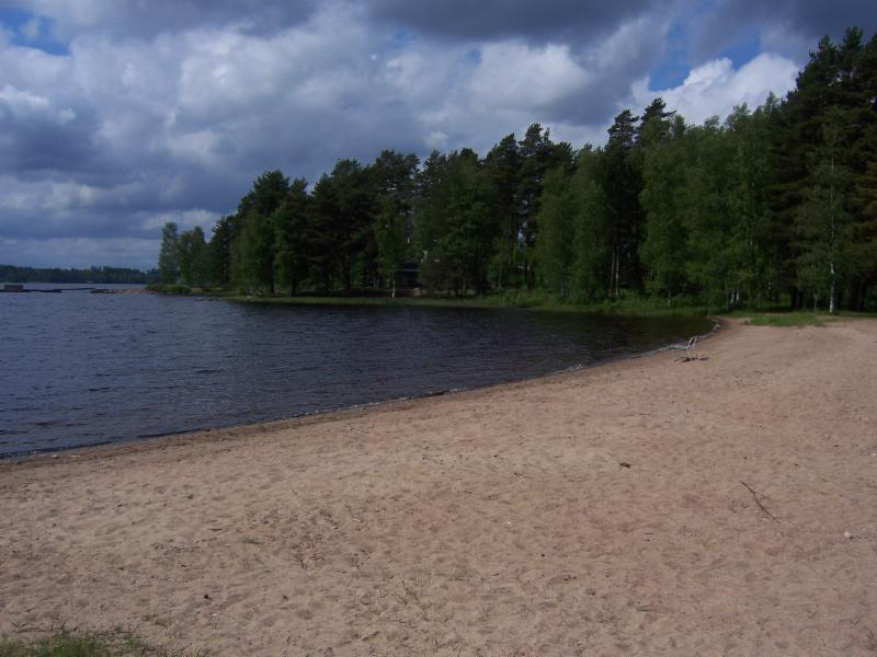 Lomakylän yhteinen matala hiekkaranta.