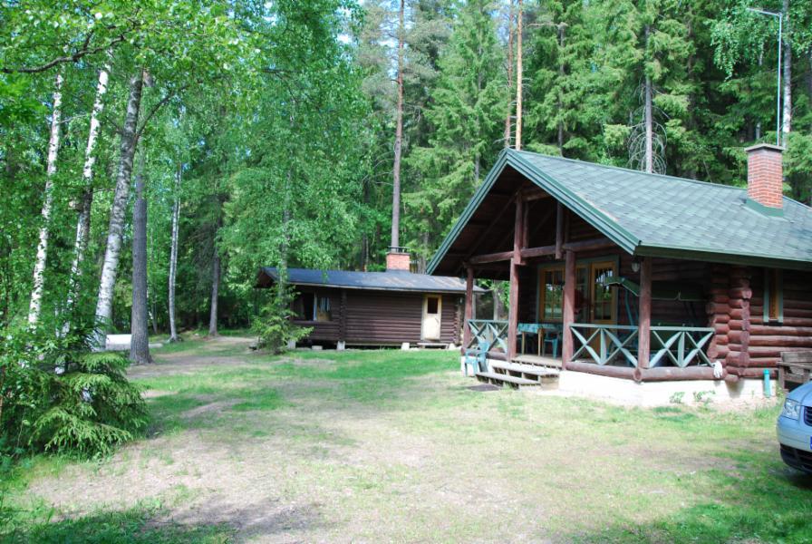 päämökki ja erillinen saunarakennus