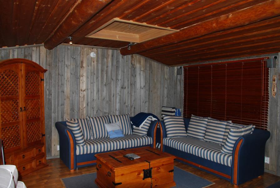 saunan takkatupa, jossa 2 levitettävää vuodesohvaa.