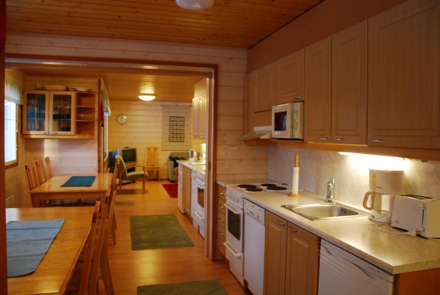 keittiönäkymä, kun väliovi kahden asunnon 3a1 ja 3a2 välillä on avattuna.