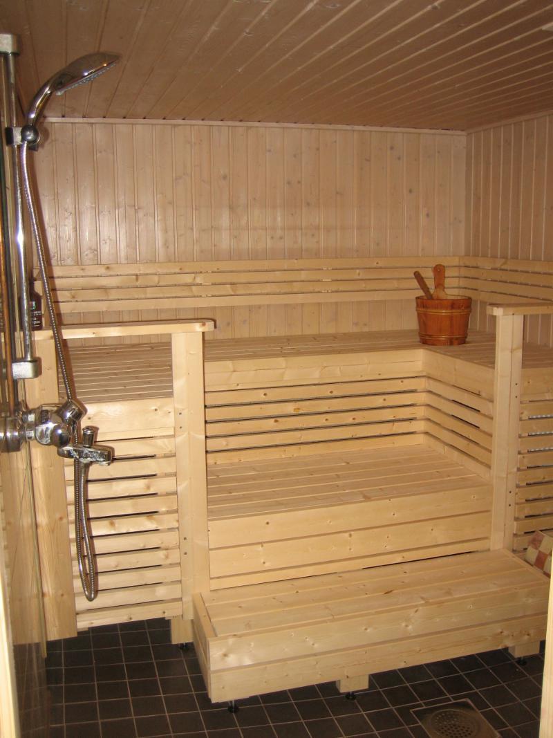 sauna ja suihkutilat kellarissa