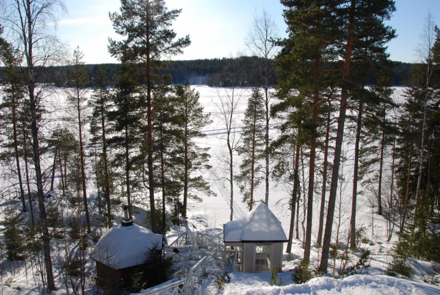 näkymä yläkerran parvekkeelta järvelle