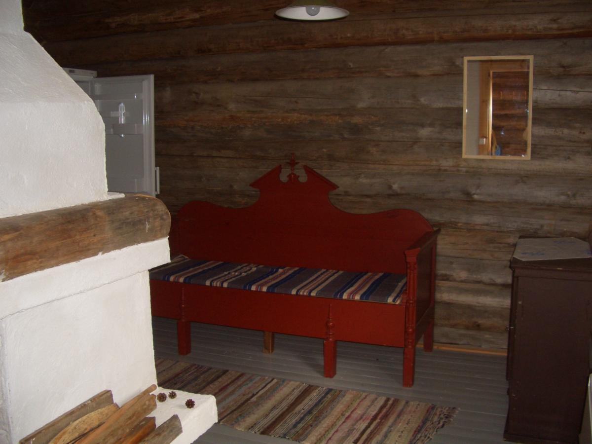 Rantasaunan tupa, jossa 1 vuodepaikka sekä jääkaappi.