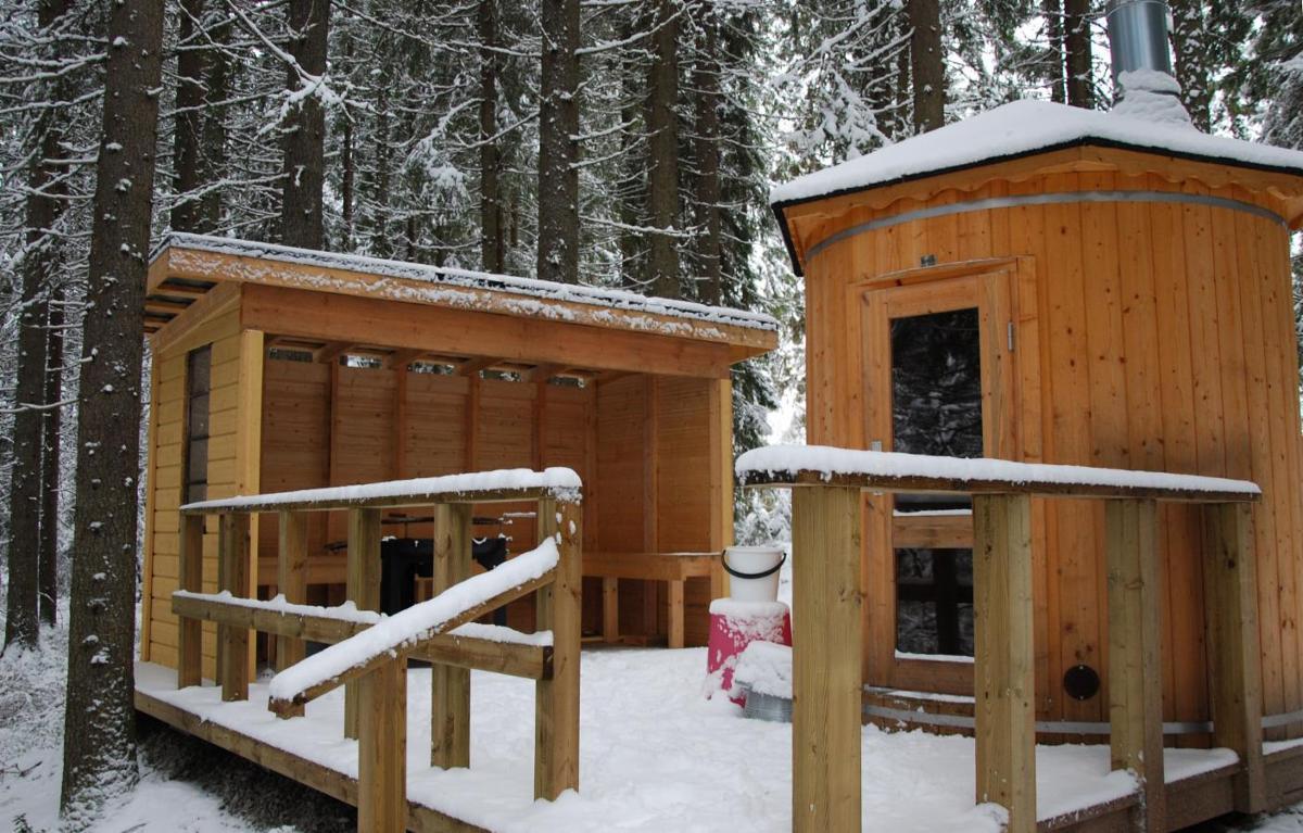 sauna ja grillipaikka jokirannassa