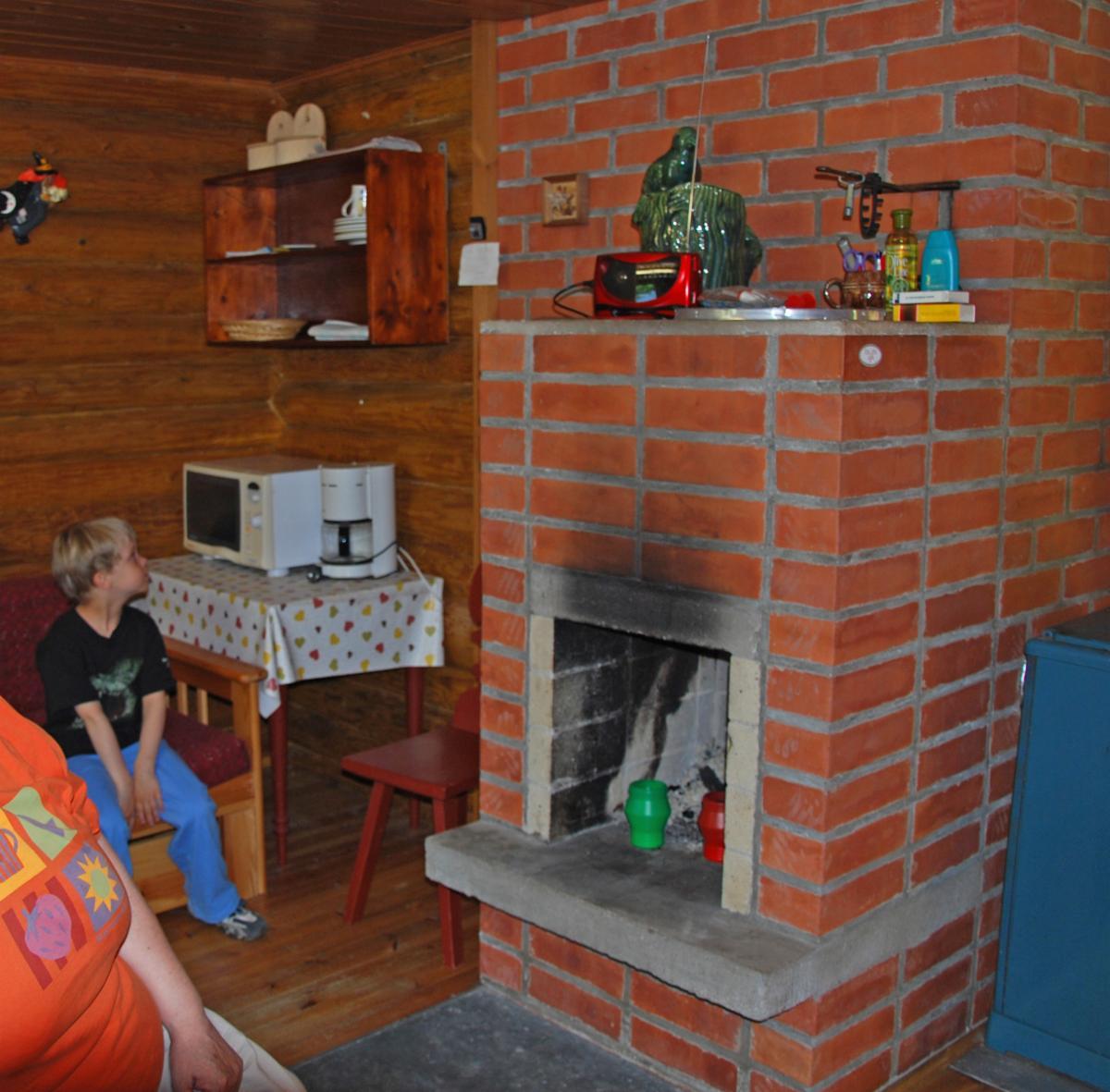 saunamökissä levitettävä laverisohva ja 1hlön sänky