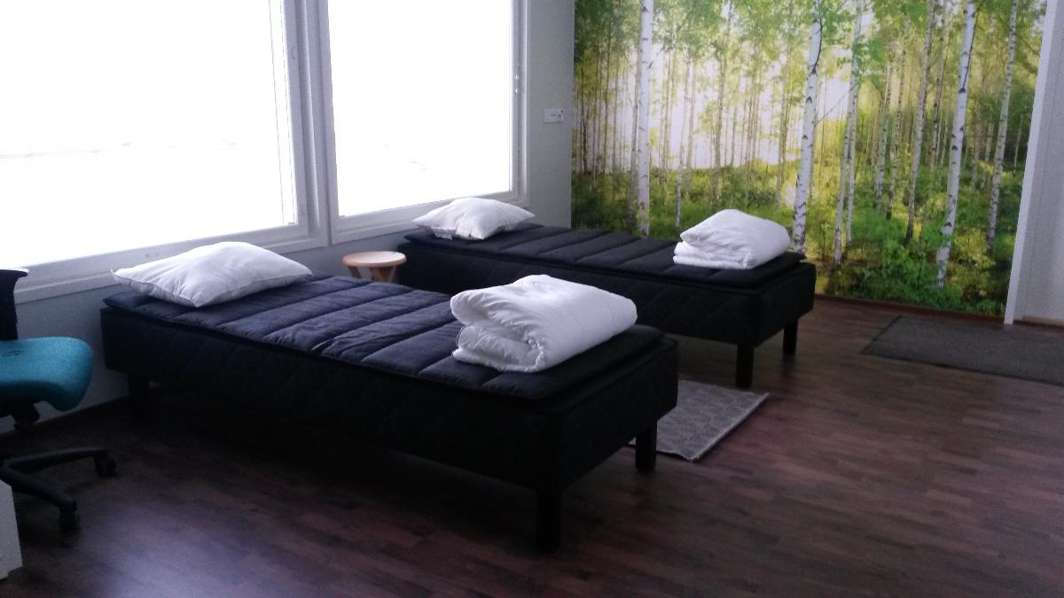 tämä isompi makuuhuone on käytössä vain talvella. (eli talvella käytössä 2 makuuhuonetta)