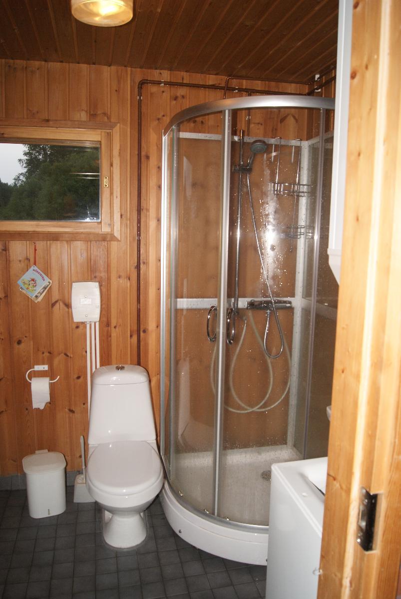 Pesuhuoneessa on kuvassa näkyvän suihkun lisäksi myös vesipata veden lämmitykseen.