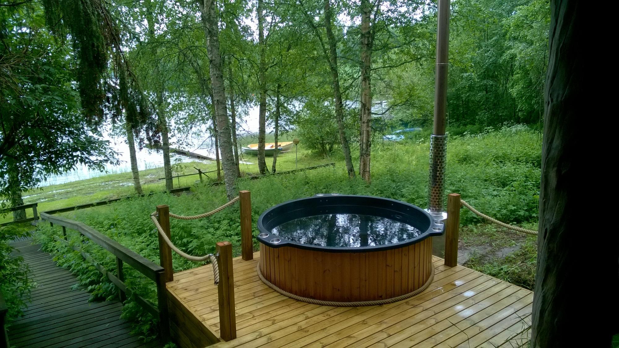 Rantasaunalla kylpytynnyri 150 euroa/lämmitys.