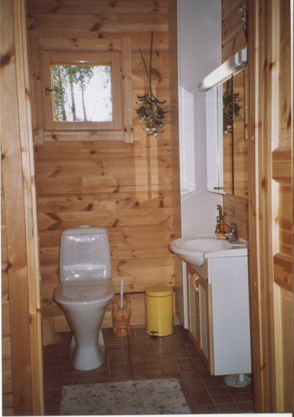 Alakerran wc:ssä kaide ja korotettu wc-pönttö.